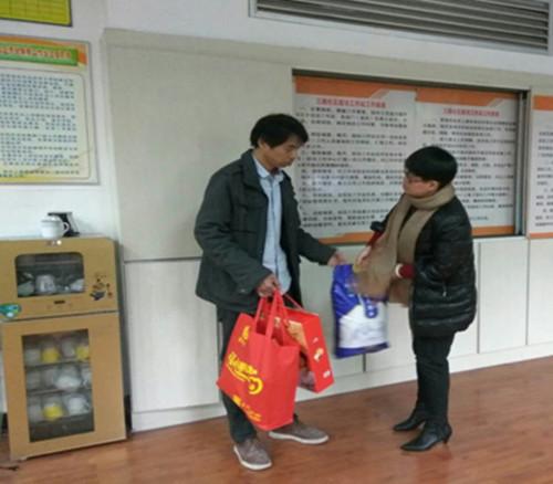 社区志愿者春节慰问社区困难户