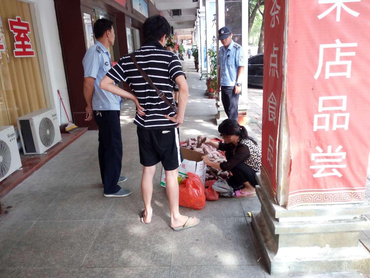 城东社区联合城管对华山市场周边开展占道经营整治行动