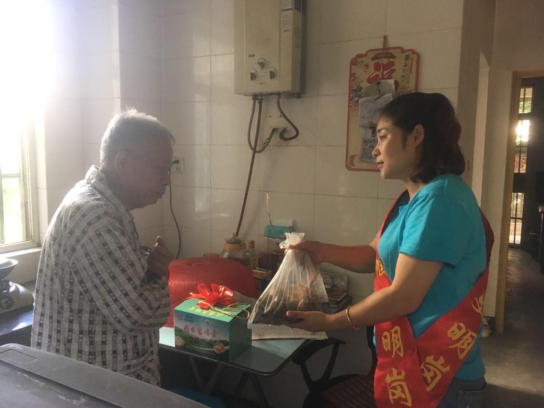 江滨社区端午节慰问三无老人