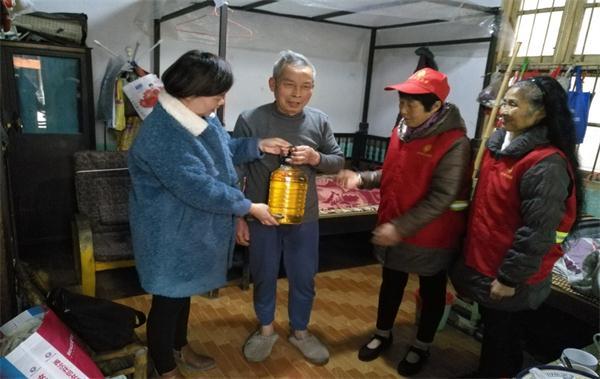 东坡社区关工委节前慰问五老人员